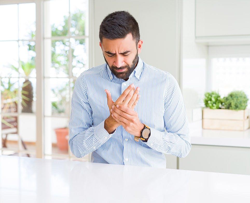 رجل يشعر بألم عظام اليد