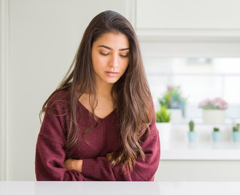 امرأة تشعر بآلم الدورة الشهرية