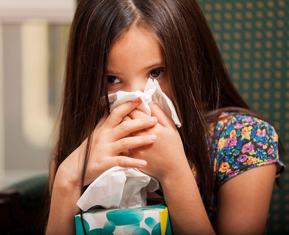 طفلة تعاني من الزكام والحمّى