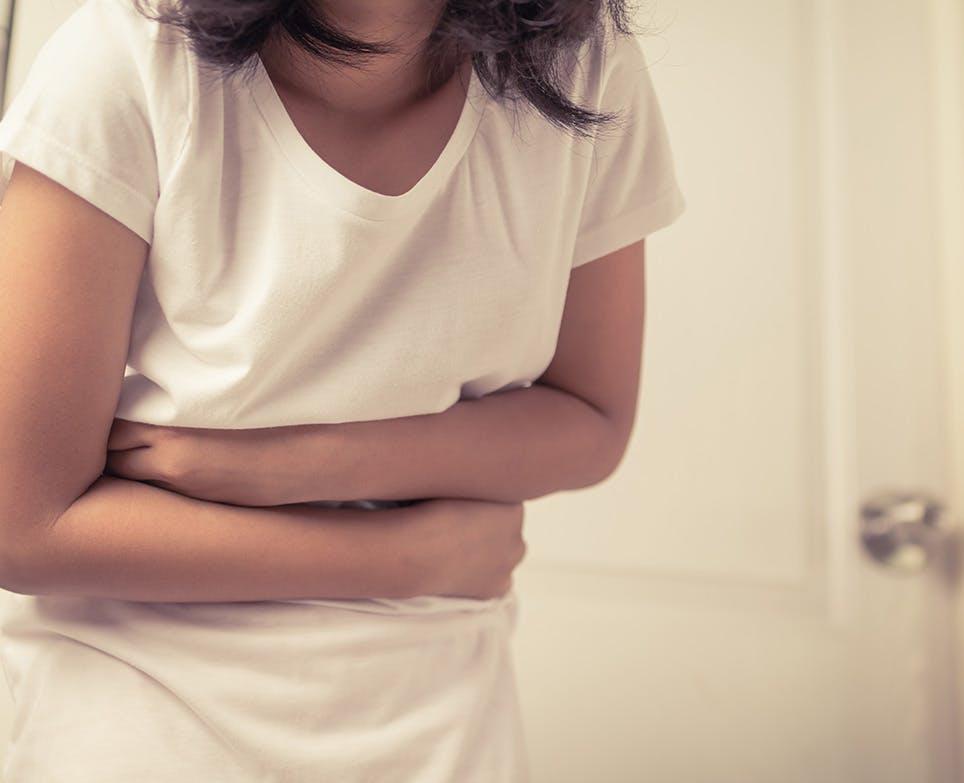 طفلة تعاني من ألم في المعدة