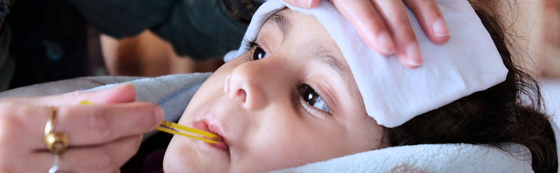 طفلة تعاني من ارتفاع في الحرارة