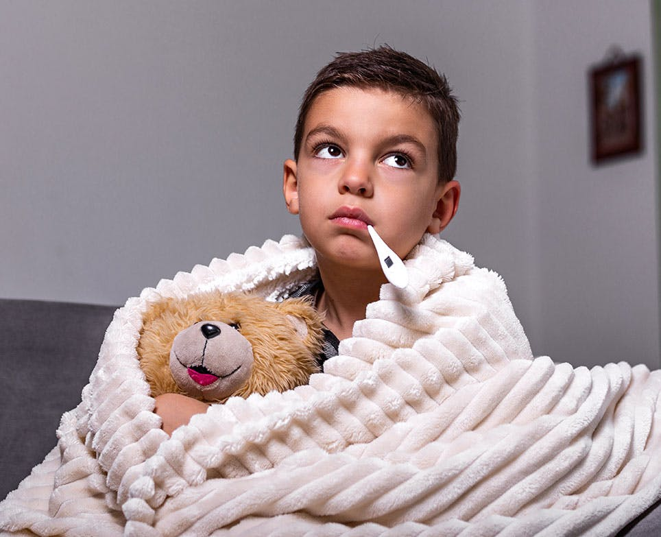 طفل يعاني من الأرق وارتفاع الحرارة