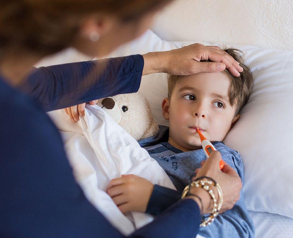 طفل يعاني من ارتفاع في الحرارة