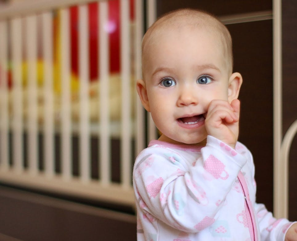 طفل يشعر بوجع في الأسنان