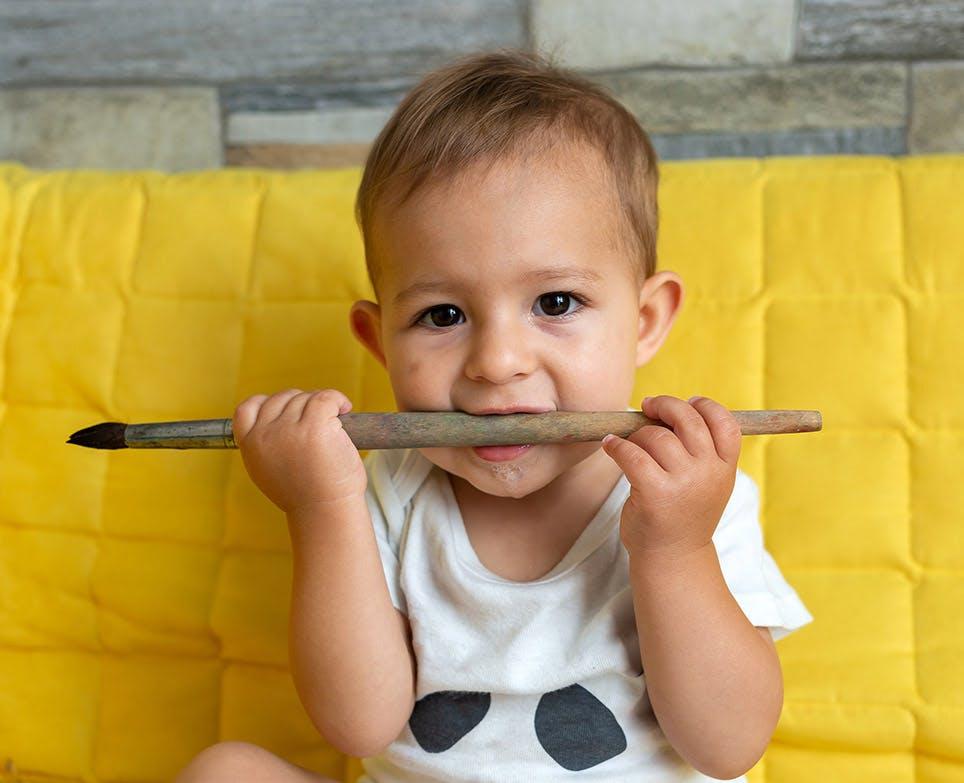 طفل يعض على فرشاة