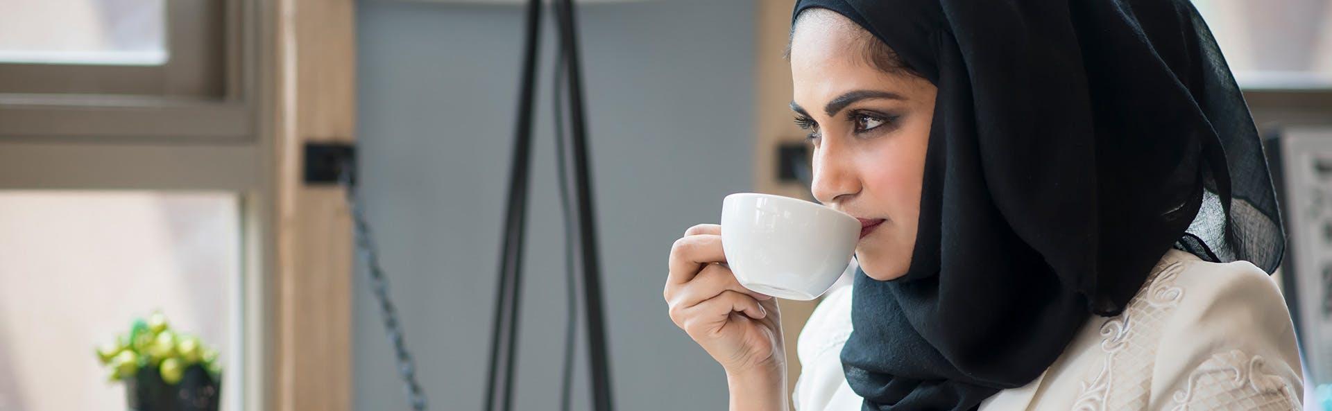 امرأة تحتسي الشاي