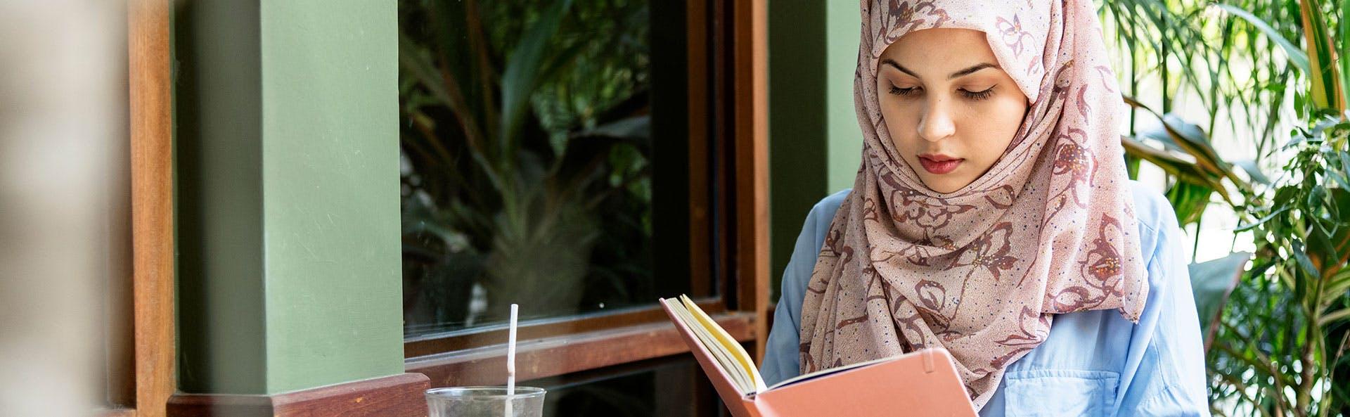 امرأة تقرأ كتاباً
