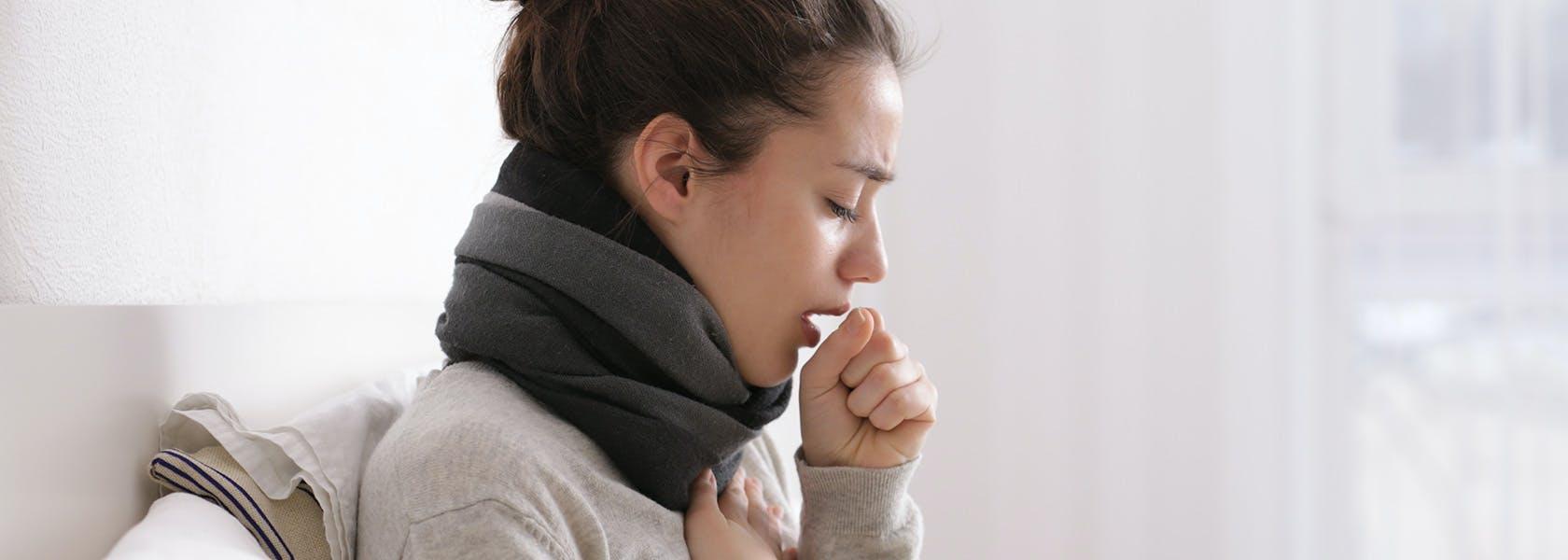 Mujer con síntomas de tos.