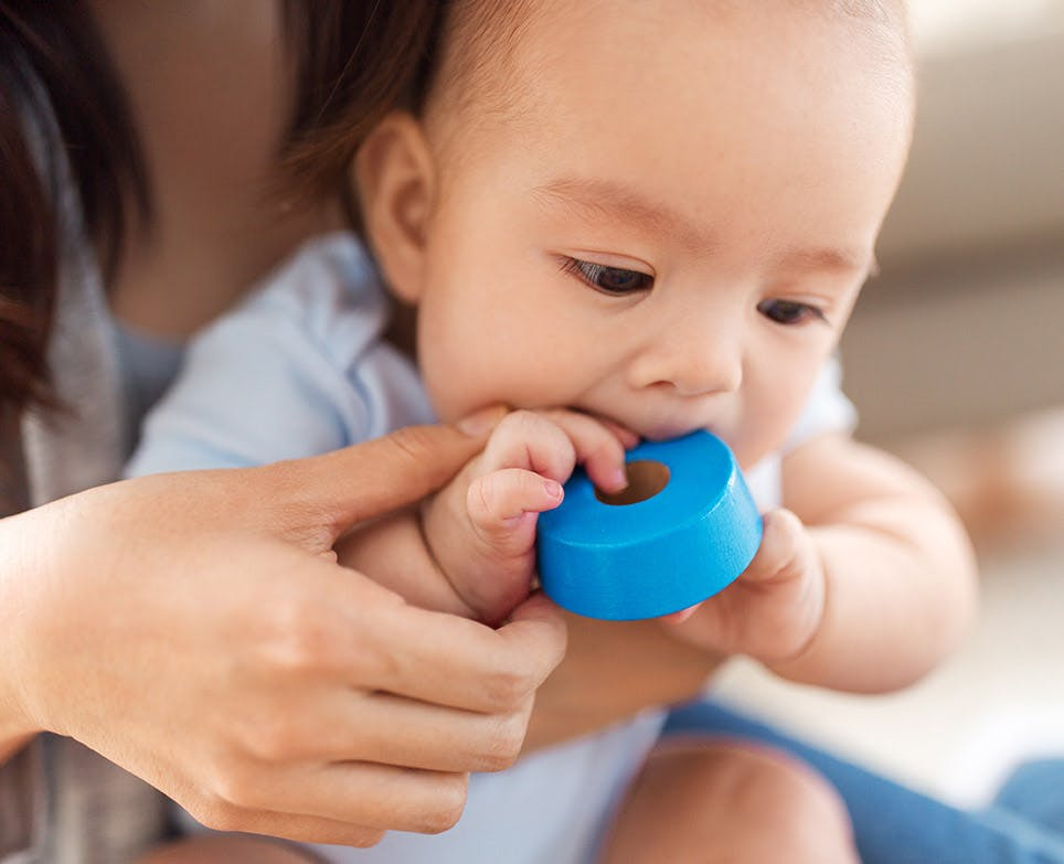 Bebé mordiendo una cinta adhesiva.
