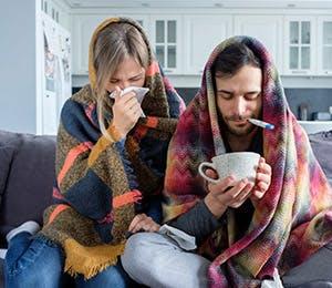 Pareja con síntomas gripales y fiebre.