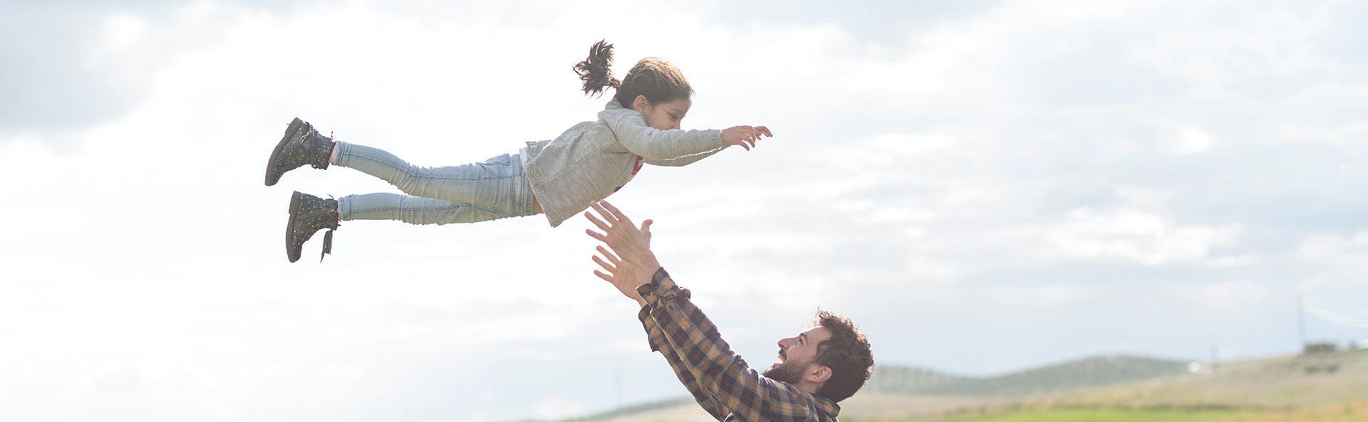 Padre juegando con su hija.