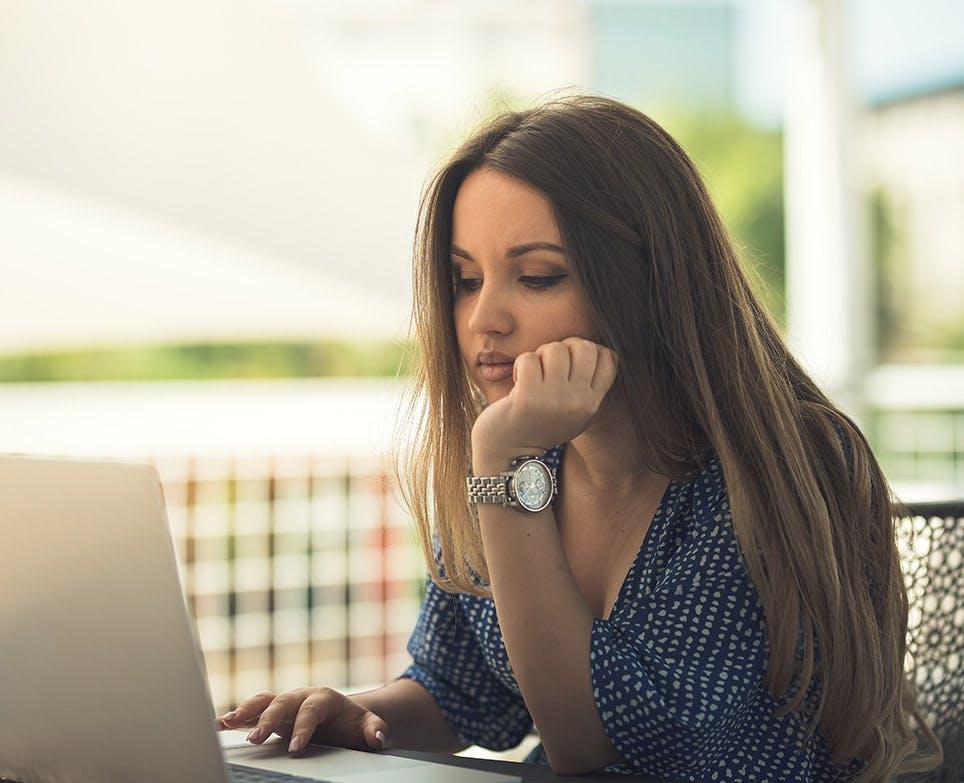 Mujer trabajando frente al portátil.