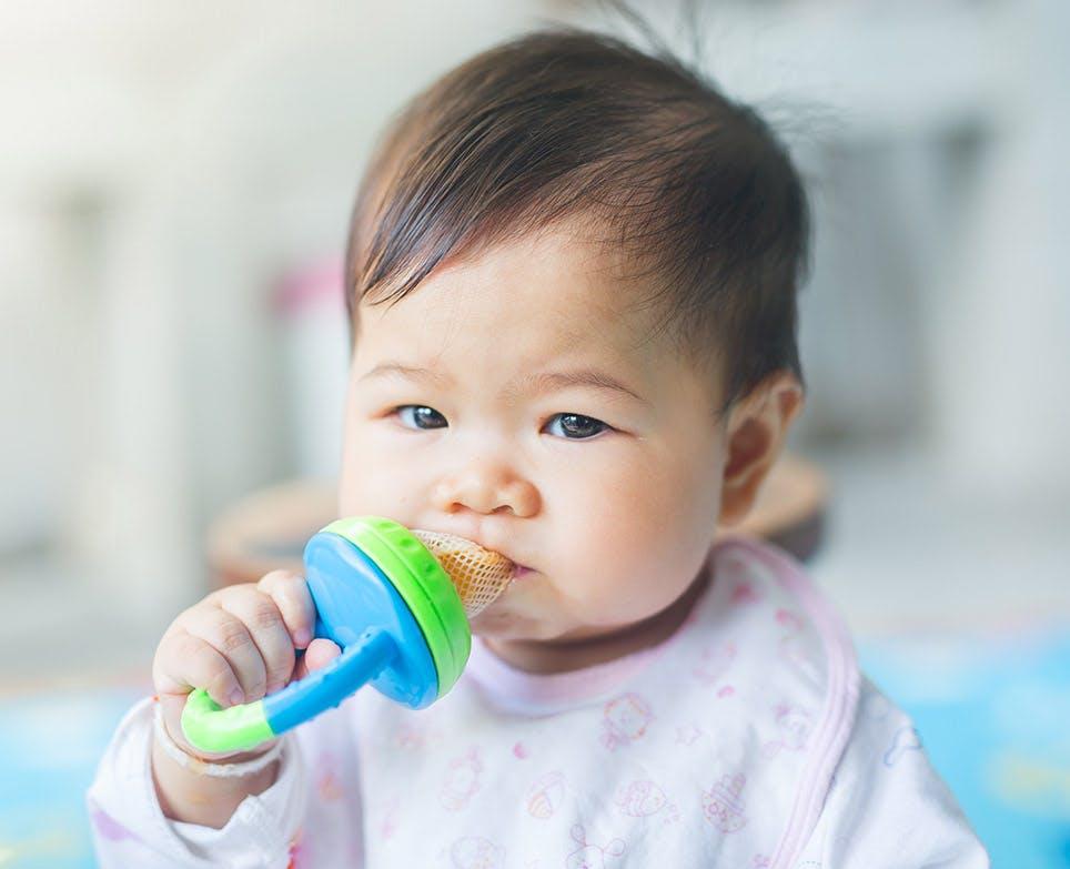 Bebé mordiendo un juguete.
