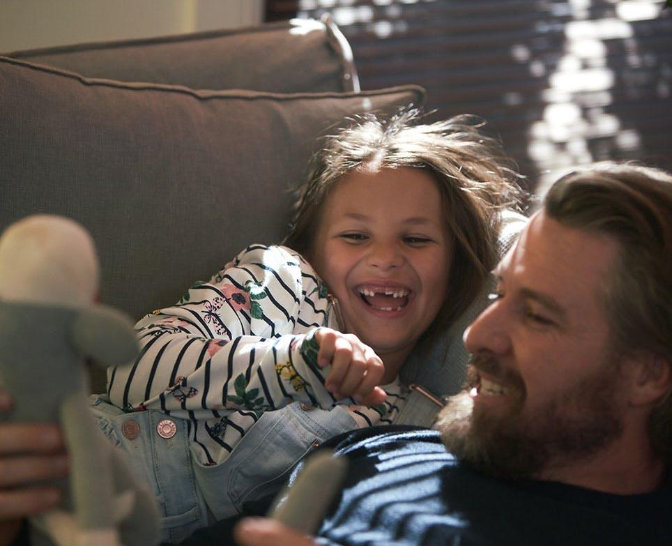 Una niña ríe junto a su padre