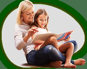 Mor og datter læser sammen