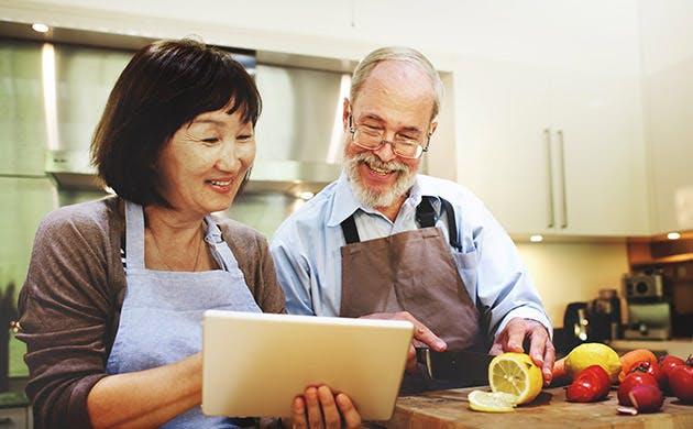 Ægtepar laver mad sammen
