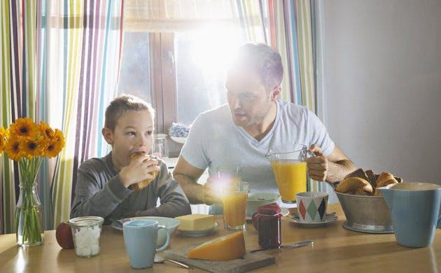 Far og søn spiser morgenmad sammen