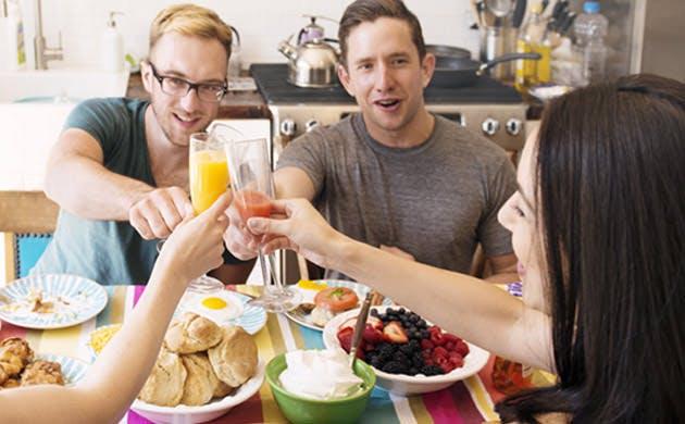 Venner skåler med hinanden over morgenmaden