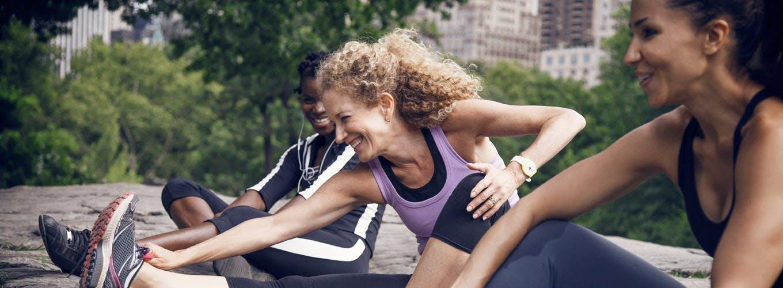 Tre venner strækker ud efter træning