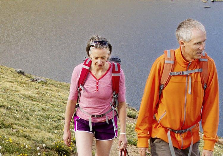 Ældre voksne motionerer sammen