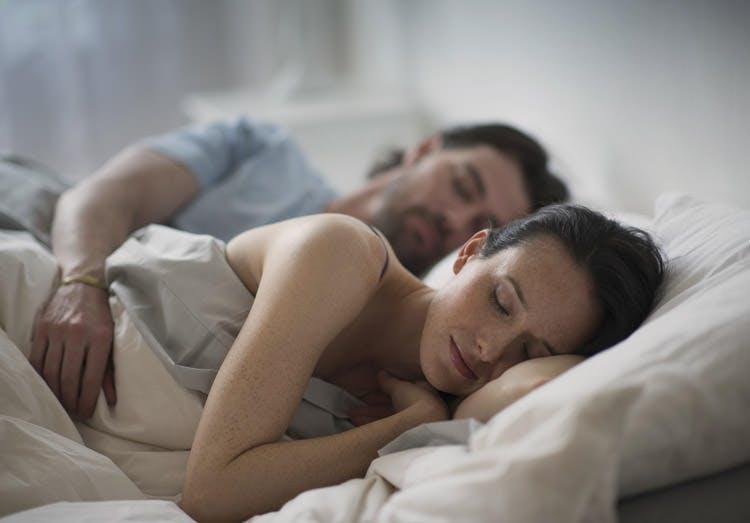 Et par sover sammen