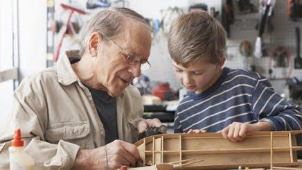 Bedsteforælder bygger legetøj med sit barnebarn