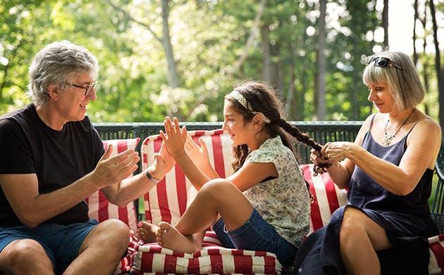 Bedstefar leger med sit barnebarn