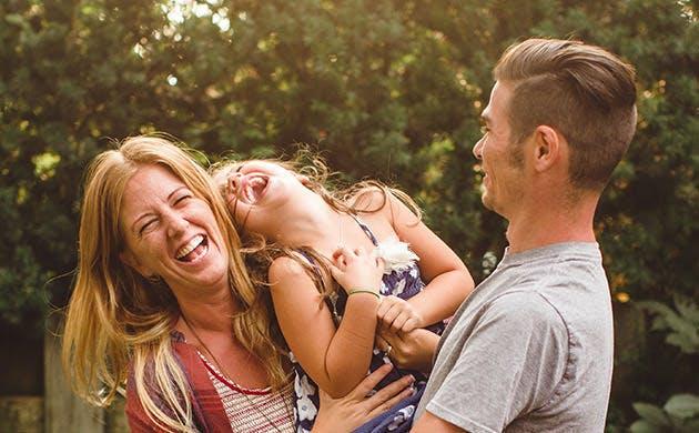 Glad familie, der griner sammen