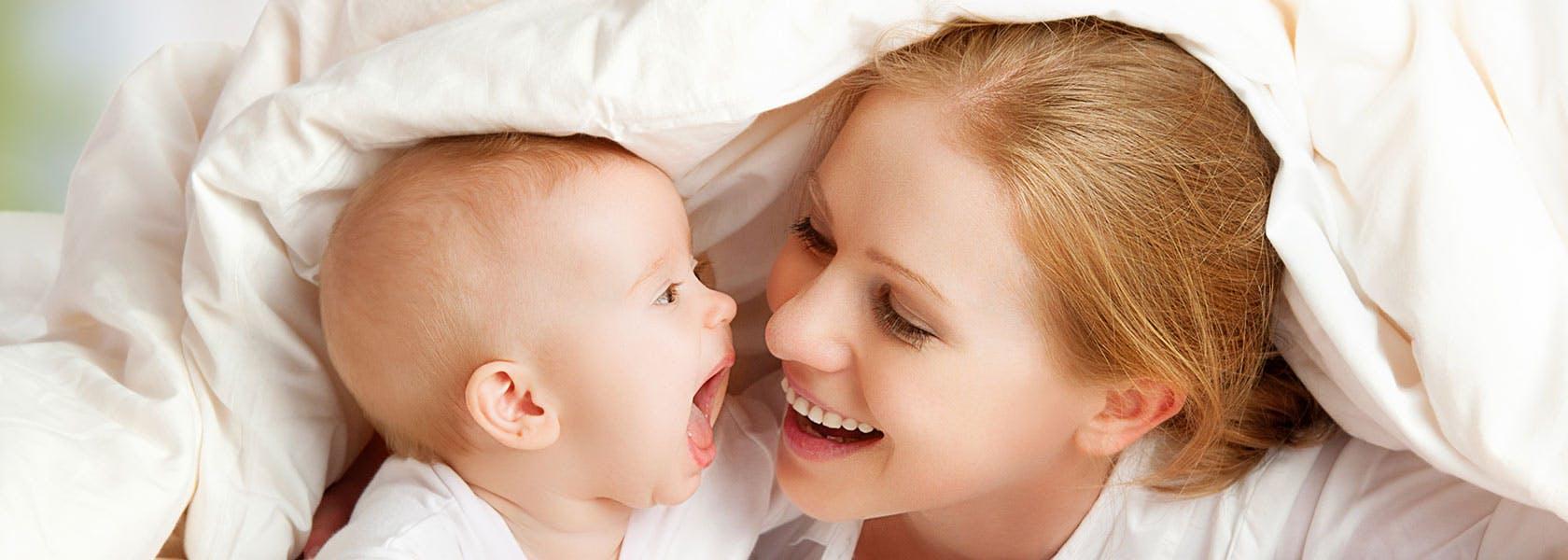 Mor og baby ler sammen