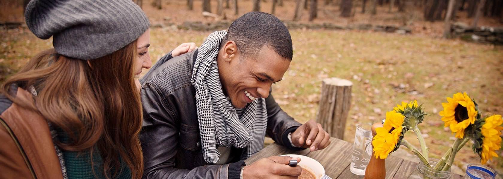 Mand med halstørklæde drikker suppe