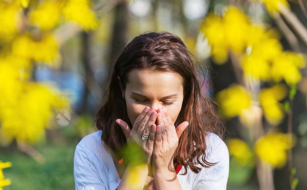 En ung kvinde nysen