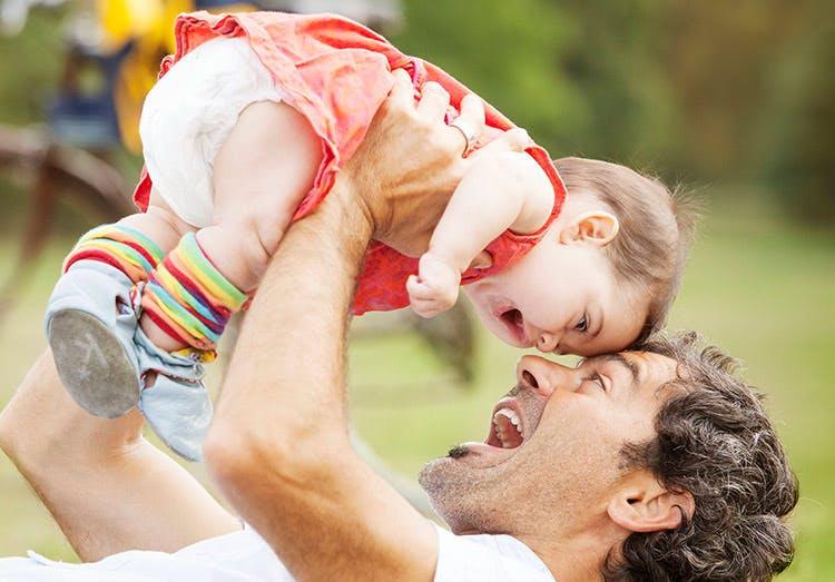 Far løfter sin datter op