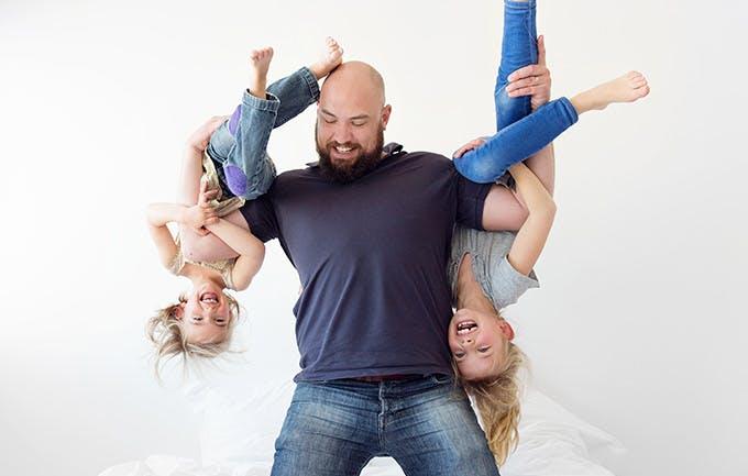 En far, der bryder med sine døtre derhjemme