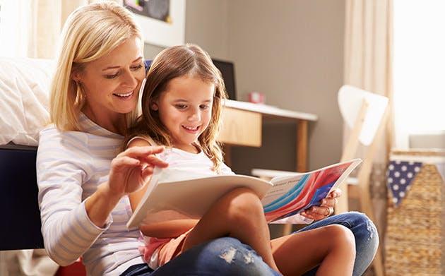 Mor læser med sin datter