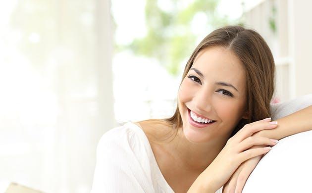 Una mujer joven sonriendo.