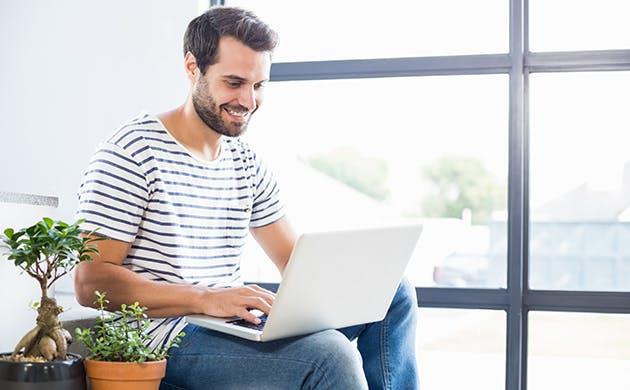 Hombre trabajando en computador portátil