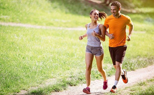 Hombre y mujer trotando al aire libre