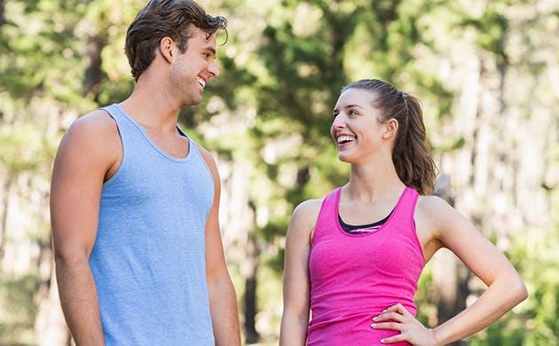 Pareja sonriendo después de hacer ejercicio