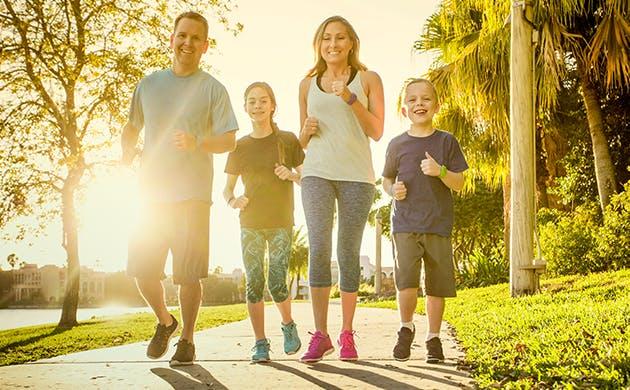 Familia trotando al aire libre