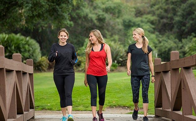 Mujeres al aire libre caminando.