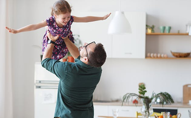 Padre alzando a si hoja mientras ella sonrie