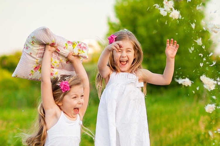 Dos niñas jugando al aire libre.