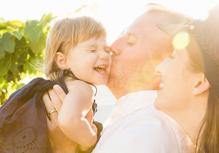 Pareja de padres al aire libre con su hija