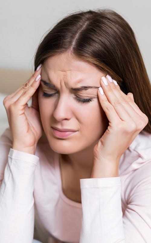 Κοπέλα που πονάει στο κεφάλι