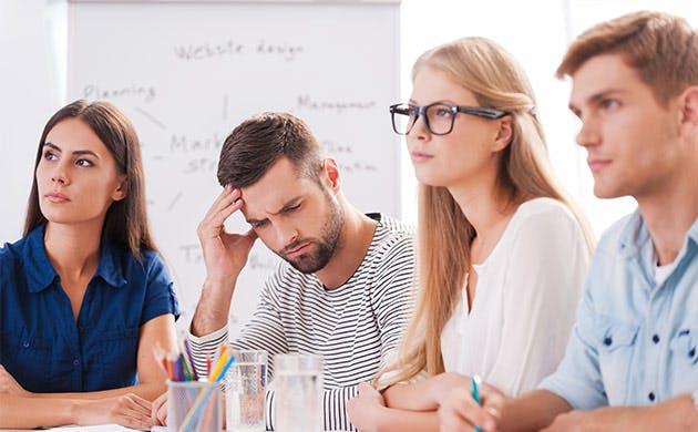 Jovem a sofrer de dor de cabeça