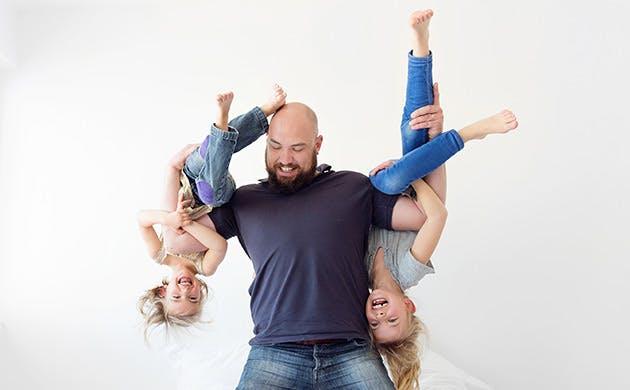 Pai diverte-se com as suas filhas