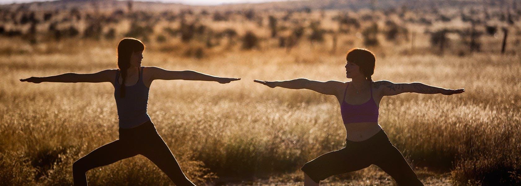 Mulheres em poses de guerreiras ao ar livre