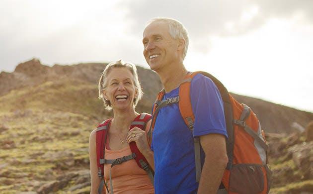 Cặp đôi đi bộ theo dường mòn trên núi