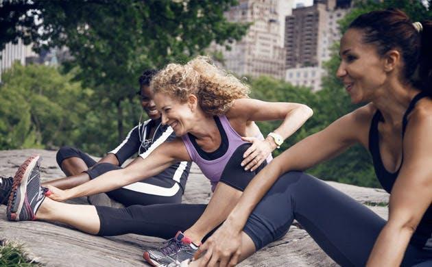 Nhóm người luyện tập yoga