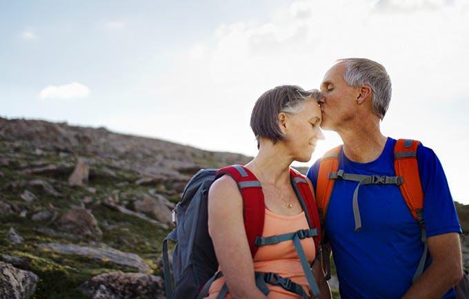 Cặp đôi hôn nhau trên núi